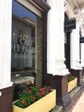 Boîtes d'usine fleurissante en dehors de la fenêtre d'un café Photographie stock libre de droits