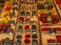 Boîtes de baies locales fraîches et d'autres fruits à une marque de ` d'agriculteurs photographie stock