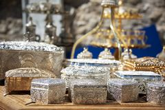 Boîtes de bibelot en métal d'Olished en vente dans un bazar de touristes local photographie stock libre de droits