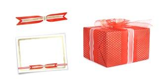 Boîtes de cadeau décorées des arcs et rubans d'isolement Photographie stock libre de droits
