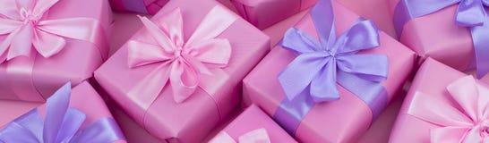 Boîtes de cadeau décoratives de bannière avec la couleur rose sur le fond rose Images libres de droits