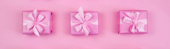 Boîtes de cadeau décoratives de bannière avec la couleur rose sur le fond rose Image libre de droits