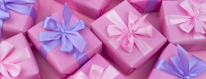 Boîtes de cadeau décoratives de bannière avec la couleur rose sur le fond rose Image stock