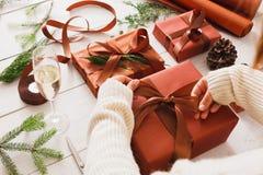 Boîtes de cadeau de Noël sur le fond en bois blanc Photos stock