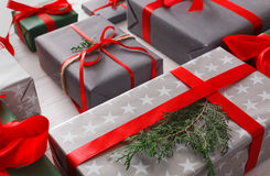 Boîtes de cadeau de Noël sur le fond en bois blanc Image stock