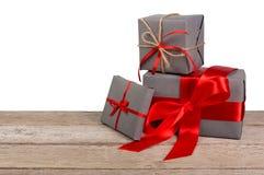 Boîtes de cadeau de Noël enveloppées en papier sur le fond blanc Photos libres de droits