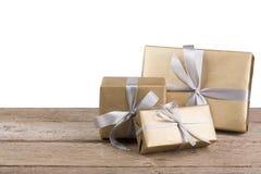 Boîtes de cadeau de Noël enveloppées en papier sur le fond blanc Photo libre de droits