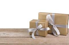 Boîtes de cadeau de Noël enveloppées en papier sur le fond blanc Photographie stock libre de droits