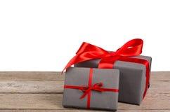 Boîtes de cadeau de Noël enveloppées en papier sur le fond blanc Image libre de droits