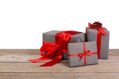 Boîtes de cadeau de Noël enveloppées en papier sur le fond blanc Photo stock