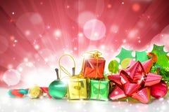 Boîtes de cadeaux de Noël sur le fond rouge Images libres de droits