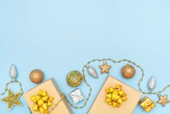 Boîtes de cadeaux ou boîtes de présents avec les arcs, l'étoile et la boule d'or sur le fond bleu pour la cérémonie d'anniversair photos libres de droits