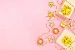 Boîtes de cadeaux ou boîtes de présents avec les arcs, l'étoile et la boule d'or sur le fond rose pour la cérémonie d'anniversair image stock