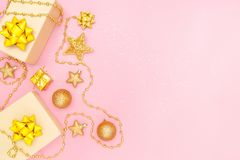 Boîtes de cadeaux ou boîtes de présents avec les arcs, l'étoile et la boule d'or sur le fond rose pour la cérémonie d'anniversair photo libre de droits