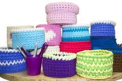 Boîtes de crochet lumineux et crochets de crochet colorés sur le tabl en bois d'isolement sur le blanc Fils de coton épais de rub Image stock