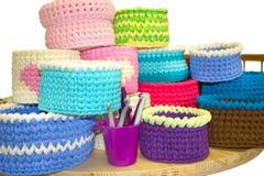 Boîtes de crochet lumineux et crochets de crochet colorés sur le tabl en bois d'isolement sur le blanc Fils de coton épais de rub Image libre de droits