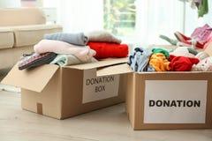Boîtes de donation avec des vêtements photos libres de droits