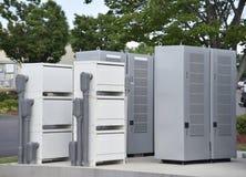 Boîtes de grilles d'alimentation et de jonction à une station de charge de véhicule électrique images libres de droits