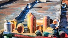 Boîtes de jet utilisées de graffiti s'étendant autour photographie stock