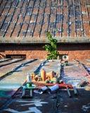 Boîtes de jet utilisées de graffiti s'étendant autour image stock