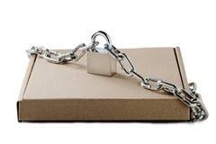 Boîtes de la livraison de carton de Papier d'emballage et cadenas, chaînes sur le fond blanc d'isolement Modèle pour la livraison Photos libres de droits