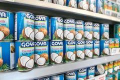 Boîtes de lait de noix de coco de Goya Images stock