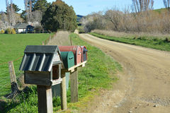 Boîtes de lettre sur un chemin d'exploitation de saleté, Cantorbéry du nord Nouvelle-Zélande. image libre de droits