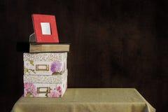 Boîtes de mémoire ; album photos ; cadre de photo montré sur une table ; images stock