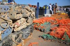 Boîtes de pêche et filets de pêche colorés au port de pêche dans Whitstable, R-U Photographie stock