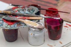 Boîtes de peinture de gouache avec le pinceau photos libres de droits