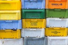 Boîtes de poissons en plastique de pile Photos stock
