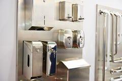 Boîtes de serviette et distributeurs de savon dans le stock de marchandises de toilettes photos libres de droits
