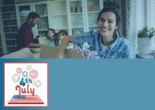 Boîtes de sourire d'ouverture de famille pour le 4ème juillet Photos stock