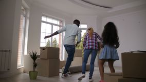Boîtes de transport de danse joyeuse de famille à la nouvelle maison clips vidéos