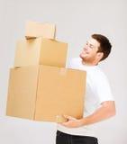 Boîtes de transport de carton de jeune homme Images stock
