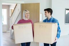 Boîtes de transport de jeunes couples dans la nouvelle maison le jour mobile image stock