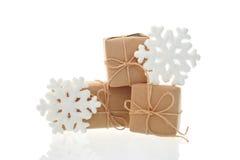 Boîtes de vacances et flocons de neige de jouet sur le fond blanc Photographie stock libre de droits