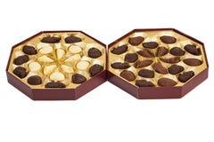 Boîtes des bonbons au chocolat sur le blanc image libre de droits