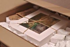 Boîtes emballées avec des biscuits attachés avec la corde photos libres de droits