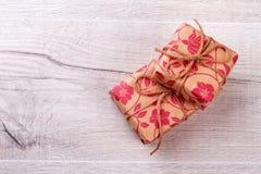 Boîtes emballées en papier de cadeau Image stock