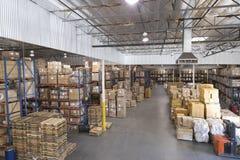 Boîtes empilées dans l'entrepôt photographie stock