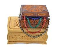 Boîtes en bois avec des perles Photo stock