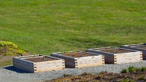 Boîtes en bois dans le jardin Image stock