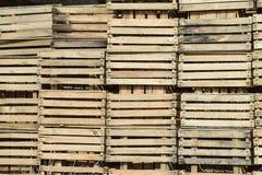 Boîtes en bois empilées ensemble Récipients en bois vides d'entrepôt Images stock