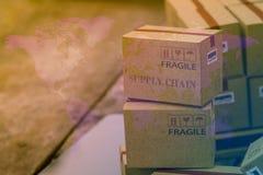 Boîtes en carton brun clair de emballage avec la carte du monde Une idée de t photos libres de droits