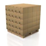 Boîtes en carton dans la pile rangée avec la palette en bois Photos libres de droits