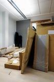 Boîtes en carton dans le bureau Photos stock