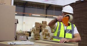 Boîtes en carton de cachetage de travailleur d'entrepôt pour l'expédition banque de vidéos