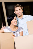 Boîtes en carton de transport de couples heureux Photos stock