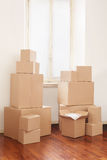 Boîtes en carton en appartement, jour mobile Images stock